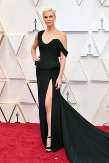 Eleganz in Schwarz: Charlize Theron trägt eine Traumrobe von Dior.