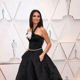 Penélope Cruz lässt dieVintage-Robe von Chanel Haute Couture wie neu erscheinen.