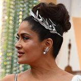 Den römischen Look unterstreicht Salma mit passendem Haarschmuck.