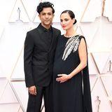 Film- und SerienschauspielerUtkarsh Ambudkar bringt seine schöne schwangere Frau mit zu den Oscars 2020. Beide auch in einem schwarzen Ton-in-Ton-Look. Die roten Lippen als Kontrast, zu dem recht schlichten Look passt sehr gut.
