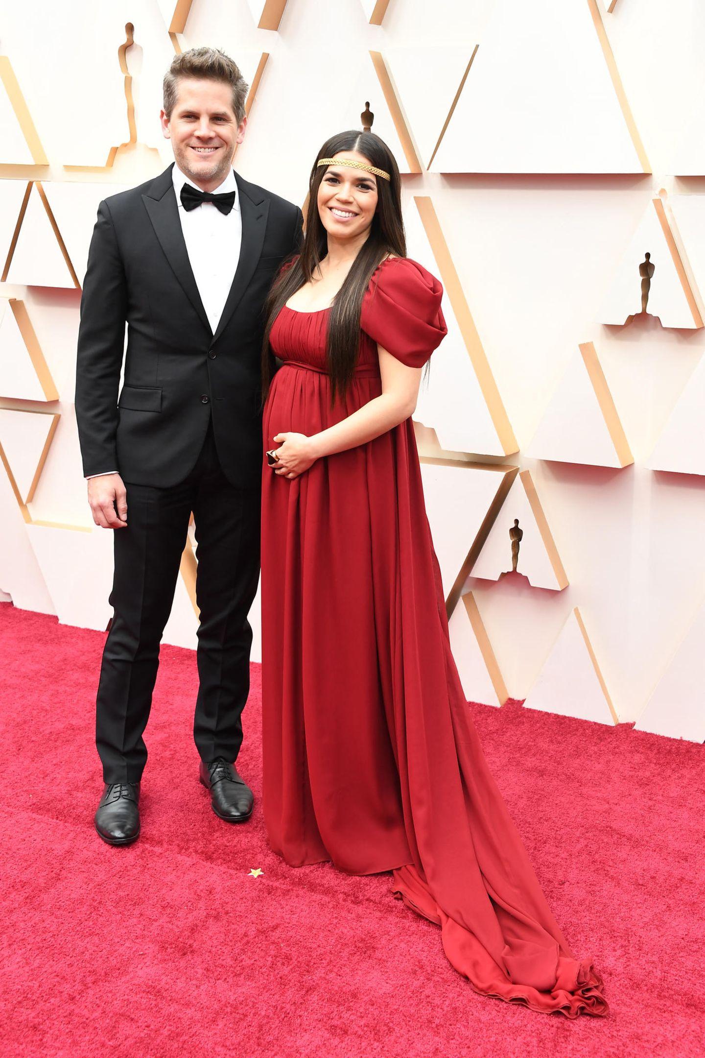 America Ferrera präsentiert stolz ihren Babybauch in einer Traumrobe von Alberta Ferretti. An ihrer Seite, ihr MannRyan Piers Williams.