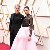 Gal Gadot in einer aufwendigen Givenchy Couture-Robe an der Seite ihres EhemannesYaron Versano.