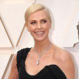 Charlize Theron trug bei den Oscars 2020 eine Diamantkette von Tiffany im Wert von mehr als 5 Millionen Dollar. Der große Diamant im Marquis-Schliff hat über 21 Karat, insgesamt zieren das Stück 165Diamanten.