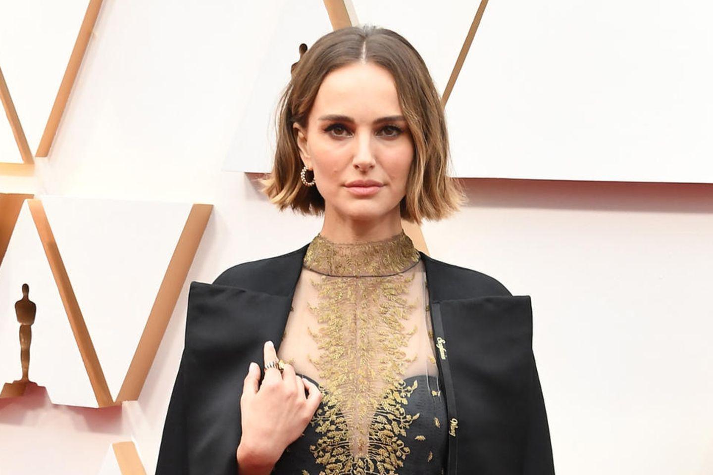 Lulu Wang, Greta Gerwig, Lorene Scafaria und Marielle Heller: Natalie Portman ließ ihren Dior-Mantel mit den Namen weiblicher Regisseurinnen besticken, die nicht für einen Preis nominiert waren.