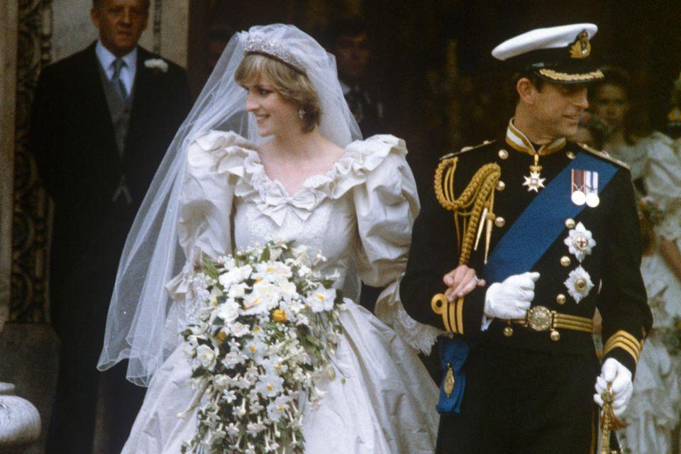 Prinzessin Diana heiratet Prinz Charles 1981in einem spektakulären Kleid vonDavid und Elizabeth Emanuel. Das ikonische Designerstück vermacht sie Prinz Harry zu seinem 30. Geburtstag.