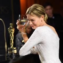 Renée Zellweger betrachtet ihren Oscar