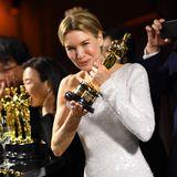 Und es sieht so aus, als würde sie ihren Oscar nie wieder loslassen wollen.