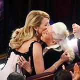 Laura Dern umarmt ihre Mutter bei der Oscar-Verleihung