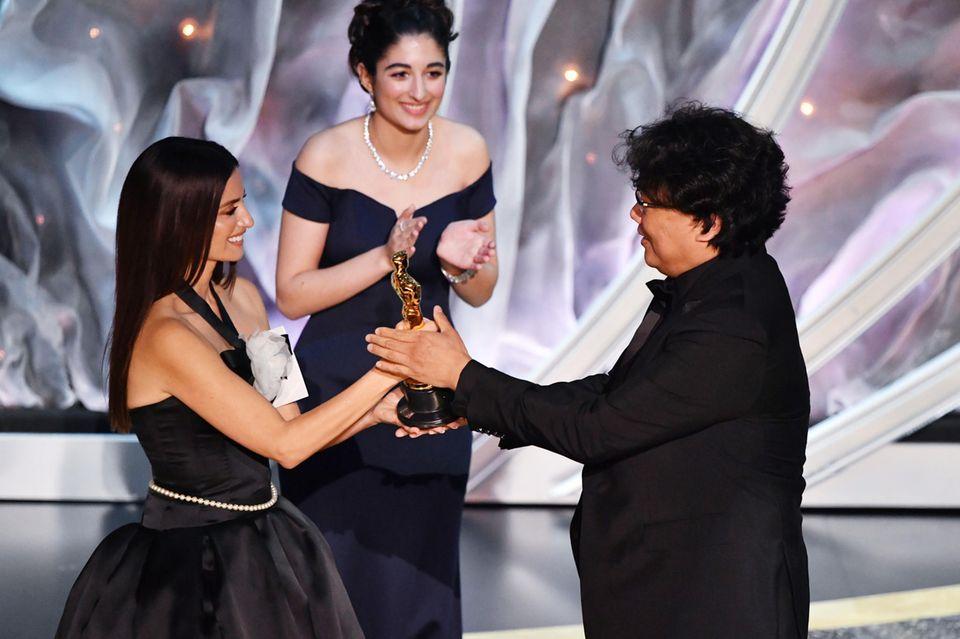 """Penélope Cruz überreicht den Oscar an den Produzenten von """"Parasite"""""""