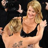 """Auch von """"Marriage Story""""-Kollegin Scarlett Johansson gibt es für Laura Dern eine herzliche Umarmung zum Erfolg."""