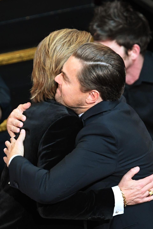 Leonardo DiCaprio umarmt Brad Pitt