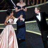 Regina King übergibt den Oscar an Brad Pitt