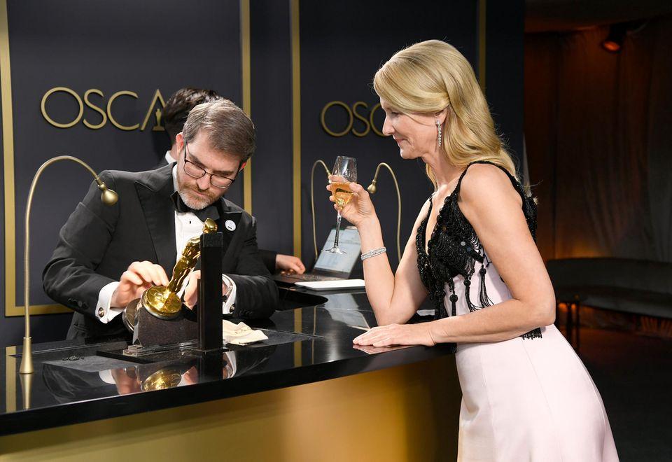 Laura Dern lässt ihren Oscar gravieren