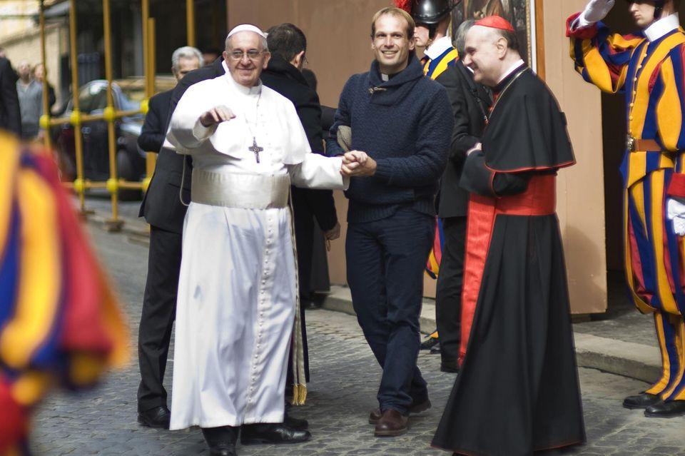Papst Franziskus mitGonzalo Aemilius im Jahr 2013. Der Priesterhat vor seiner Berufung in den Vatikan mit Straßenkindern in seiner Heimat Uruguay gearbeitet. Jetzt ist er der neue Privatsekretär des Heiligen Vaters.