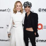 """Maria Bello und Partnerin Dominique Crenn im aufeinander abgestimmten schwarzweiß Look bei der alljährlichen """"Elton John AIDS Foundation Academy Award""""-Party."""