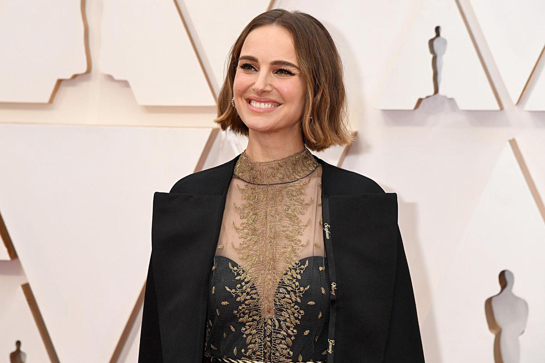Natalie Portman setzt mit ihrem Mantel bei den Oscars 202o ein politisches Statement