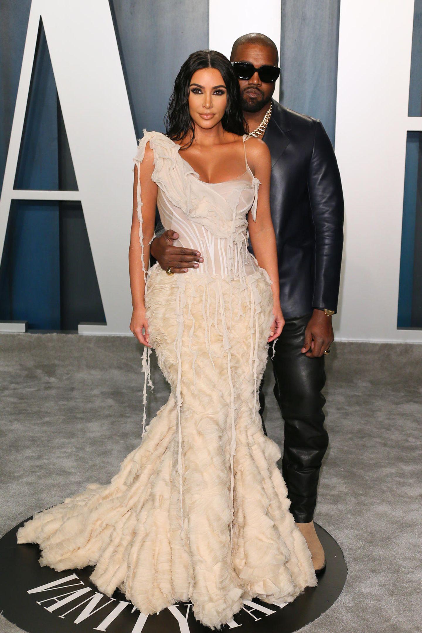 """Die """"Vanity Fair""""-Party gilt als eine der beliebtesten After-Feten nach der eigentlichen Oscar-Verleihung. Eine solch wichtige Sause können sich Kim Kardashian in einemtollen Alexander McQueen Kleid und Gatte Kanye West natürlich nicht entgehen lassen."""