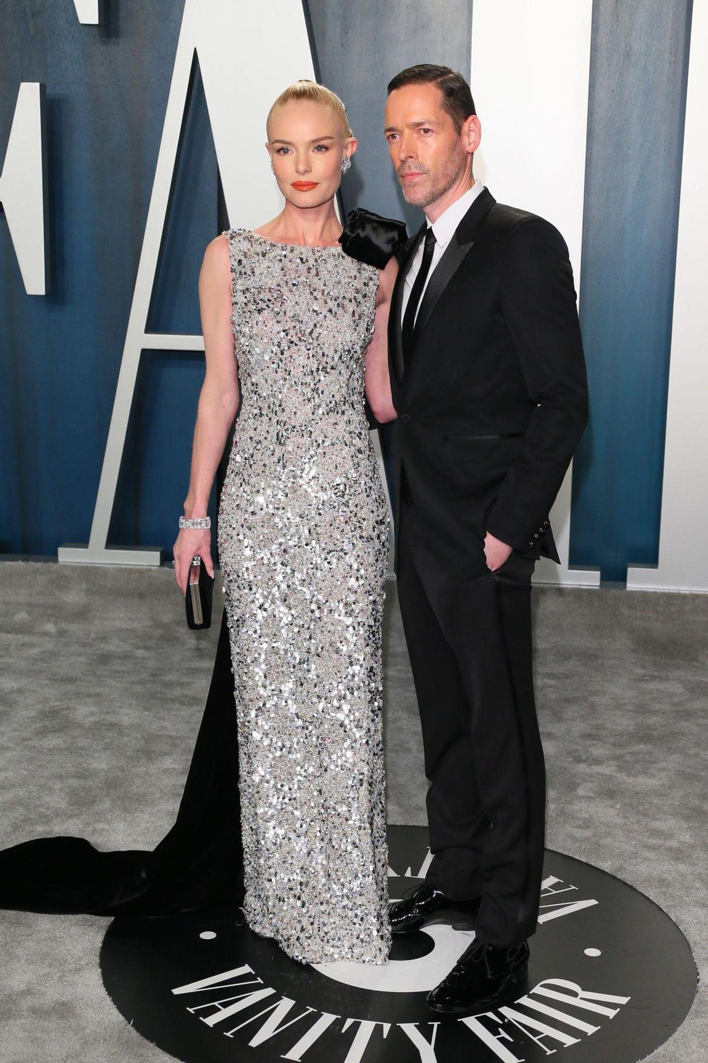 Schauspielerin Kate Bosworth kommt in einer traumhaften Silber-Robe zur Vanity Fair Party. An ihrer Seite EhemannMichael Polish.