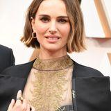 Natalie Portman unterstreicht ihre klassische Schönheit nicht nur durch eine wunderschöne Dior-Robe. Auch der Schmuck von Cartier spiegelt ihren Stil perfekt wider.