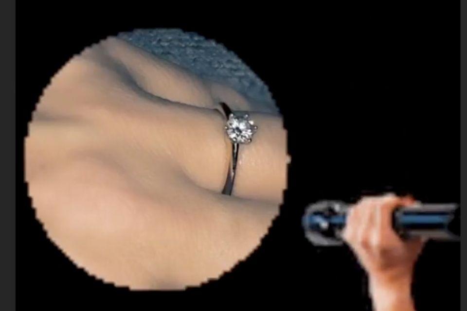 Blinkt hier ein Verlobungsring am Finger?