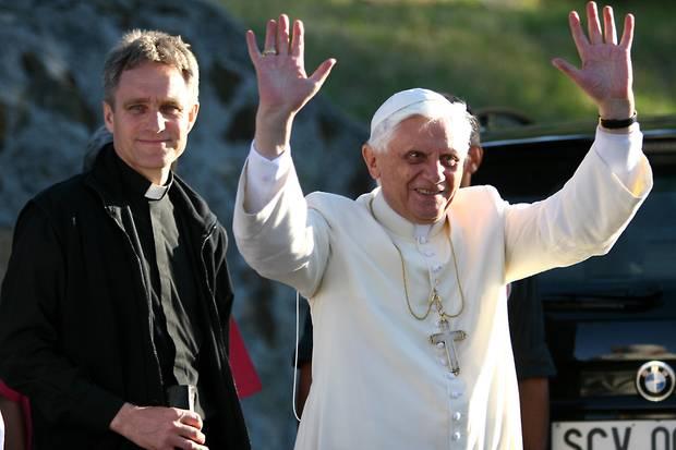 Georg Gänswein ist seit vielen Jahren treuer Begleiter des emeritierten Papst Benedict XVI. Auch bei seinem dreiwöchigen Urlaub im französischen Les Combes im Jahr 2005 ist der Priester an der Seite desHeiligen Vaters.