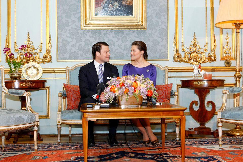 Prinz Daniel und Prinzessin Victoria bei der Verkündung ihrer Verlobung am 24. Februar 2009 in Stockholm. Deutlich zu erkennen: ein pastellblaues Sofa.