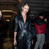 Auch Candice Swanepoel besuchte die Show von Oscar de la Renta - imschwarzen Lederjumpsuit.