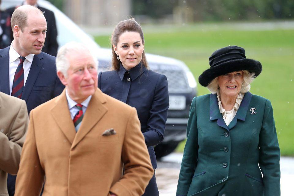 Prinz William und Herzogin Catherine (hinten) sowie Prinz Charles mit Herzogin Camilla (vorne)