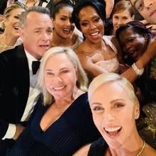 Charlize Theron macht ein Selfie bei der Oscar-Verleihung