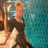 Anna Ermakova hat einen ausgefallenen Stil. Immer wieder setzt sie mit engen High-Waist-Hosen ihre langen Beine in Szene. Zum Ausgehen packt das Model noch eine Schippe drauf undkombiniertzur sexy Latex-Hosehohe und spitz zulaufendeLederstiefeletten.
