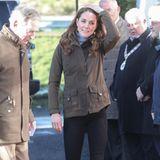 """Herzogin Catherine ist überraschend nach Belfast gereist, wo sie im Zuge ihrer """"5 Fragen""""-Initiative unterwegs ist. Auf den ersten Blick macht der Look, in dem die Frau von Prinz William aus dem Flieger steigt, etwas stutzig: Sie trägt einen grauen Rollkragenpullover, eine khakifarbene Jacke, eine schwarze Jeans und braune Stiefel."""