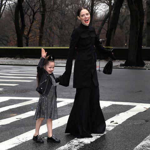 Coco Rocha ist mit ihrer süßen Tochter Ioni James Conran auf dem Weg zur Fashionshow von Rodarte.