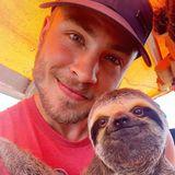 Jannik Schümann mit einem Faultier in Brasilien