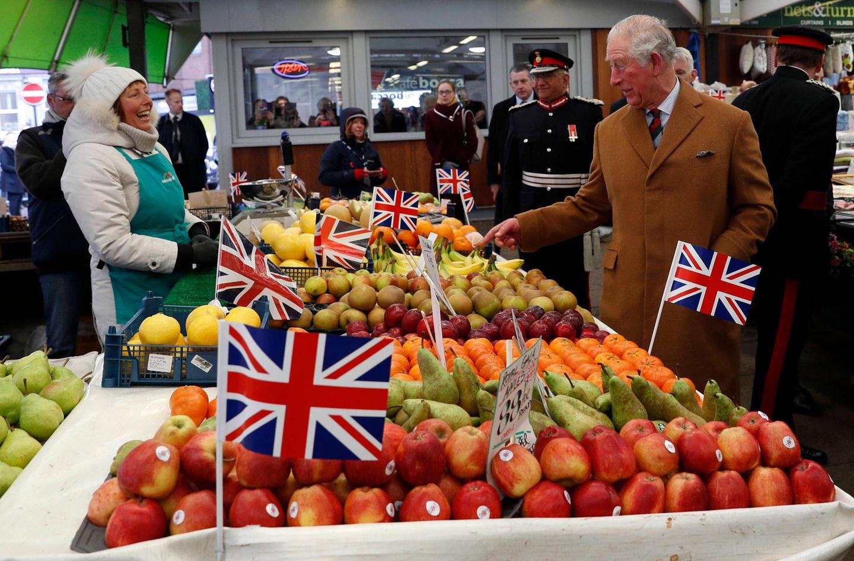 Prinz Charles ist ein leidenschaftlicher Verfechter ökologischer Landwirtschaft und setzt sich für das Prinzip der Nachhaltigkeit ein. Bei einem Besuch in Leicester begutachtetder Prinz von Wales Produkte auf dem überdachten Frucht- und Gemüsemarkt.