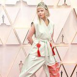 Sängerin Auora kommt im Samurai-Look zu den Oscars. Das Diadem zum zweiteiligen Kampfanzug ist schon fragwürdig genug, die Plateau-Sneaker sind dann aber völlig fehl am Platz bei einer so glamourösen Veranstaltung wie die Oscars.
