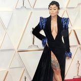Blac Chyna versucht,bei den Oscars besonders glamourös zu sein. Die überdimensionalen Tätowierungen harmonieren leider gar nicht mit der edlen Samtrobe.