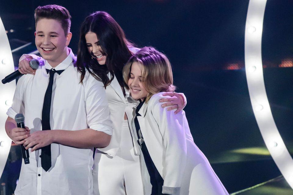 """Lena Meyer-Landrut mit den """"The Voice Kids""""-Kandidaten Ridon Jakupi undMatteo Markus im März 2016"""