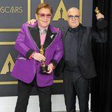 """Elton John wäre nicht er selbst, wenn er nicht in einem schrillen Outfit über den roten Teppich gehen würde. Ein No-Go, auch für den """"Tiny Dancer""""-Sänger, sind jedoch die zweifarbigen Neon-Turnschuhe, mit denen er zur Oscar-Verleihung kam."""