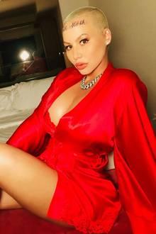 """Amber Rose hat sich ein neues Tattoo stechen lassen - und zwar mitten auf die Stirn. Dort stehen jetzt in verschlungenen Buchstaben die Namen ihrer Söhne Bash (eigentlich Sebastian) und Slash. Auf Social Media stellt das Model klar: """"Nicht das Äußere zählt... es sind die inneren Werte, auf die es ankommt."""""""
