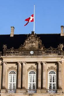 13. Februar 2018  Mitte Februar stirbt der schwerkranke Prinz Henrik auf Schloss Fredensborg. Sein Wunsch war es, die letzten Tage zu Hause zu verbringen. Die Flaggen im Land werden auf Halbmast gesetzt, so auch auf Schloss Amalienborg.