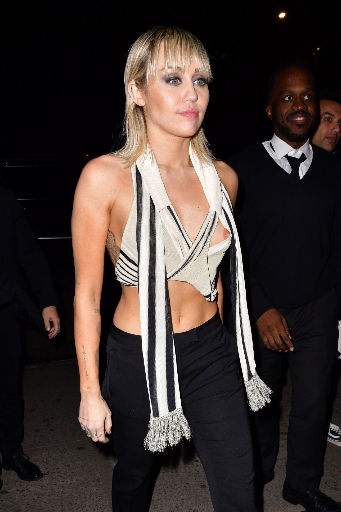 Ob das so geplant war? Miley Cyrus' Oberteil hatte genug von der Fashion Week in New York und verabschiedete sich Richtung Bauchnabel. Immerhin hat sie es mit Selbstbewusstsein getragen.