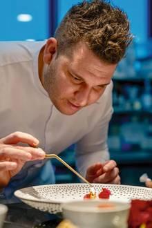 """Chef-Patissier Marco D'Andrea führt neben seiner Tätigkeit im Hotel """"Fontenay"""" einen Online-Shop. Dort können Hobbypatissiers hochwertige Produkte erwerben -alles vom Meister des Süßen erprobt (marcodandrea.de)"""