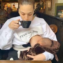 Rundum glücklich und versorgt verbringenNeu-Mama Ashley Graham und ihr Söhnchen Isaac eine kleine Auszeitim Café. Während das Model genüsslich ihren Kaffee schlürft, gibt es für den Kleinen dazu einen Schluck frischeMuttermilch.