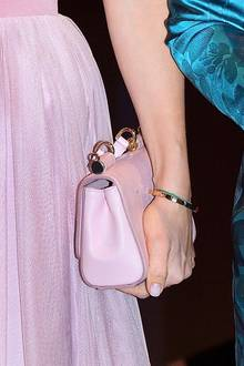 Zum Tüllrock kombiniert Prinzessin Sofia eine farblich abgestimmte Mini-Bag, die sie als Clutch trägt. Ihr Hände sind frisch manikürt und ebenfalls in einem zartrosa Ton lackiert. Mit weiteren Accessoires hält sie sich zurück, allein ein schmaler Goldreif ziert ihren Arm.