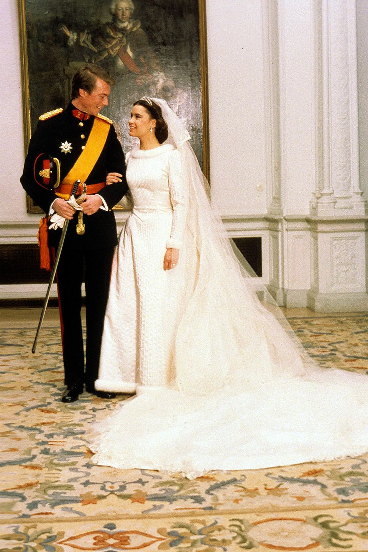 Am Valentinstag 1981 gaben sich Großherzog Henri von Luxemburg undExil-Kubanerin Maria Teresa Mestre das Ja-Wort. Damals erhitzte diese Verbindung die Gemüter im Großherzogtum. Heutzutage wäre nicht ihre Herkunft, sondern die Wahl ihres Hochzeitskleides besonders für Tierschützer und Pelzgegner ein echter Aufreger. Das langärmelige Glockenrock-Kleid ist nämlich mit Hermelin-Fell gesäumt, und das würde sich vier Jahrzehnte später sicher keine royale Braut mehr erlauben. Strahlend schön sah Großherzogin Maria-Theresia dennoch aus.