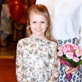 Schon wie ein Vollprofi: Prinzessin Estelle hat das Prinzessinnen-Einmaleins in Sachen Posing jedenfalls schon drauf. In einem bezaubernden Midi-Kleid mit floralem Muster und semi-transparenten Ärmeln strahlt sie für die Fotografen während eines Konzerts in Stockholm.