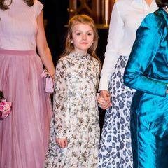 Die Siebenjährige kombiniert das rund 250-Euro-Kleid des Labels Bonpoint mit einer weißen Strumpfhose und niedlichen Ballerina-Schuhen. Die Haare trägt die Tochter von Kronprinzessin Victoria halboffen.
