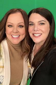 """20 Jahre später freuen sich die Instagram-Follower von Melissa McCarthy über dieses schöne Selfie von Sookie (Melissa McCarthy) und Lorelai Gilmore (Lauren Graham). Und dieses Bild lässt auch die Hoffnung wieder aufkeimen, dass es vielleicht doch noch mal eine Fortsetzung der Forstsetzung der """"Gilmore Girls"""" gibt."""