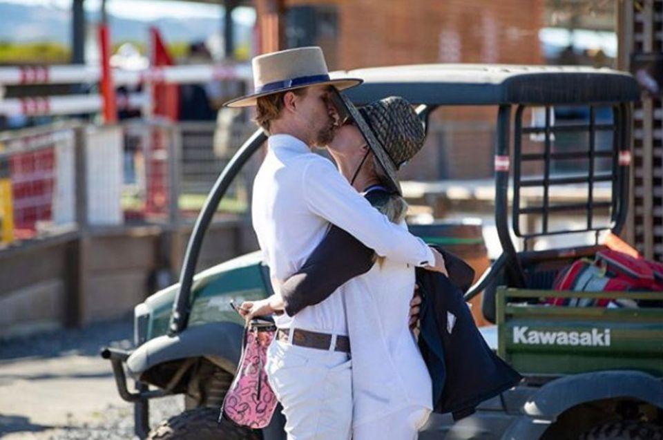 """Dass Kaley Cuocound ihr Ehemann Karl Cook nicht nur am Valentinstag eine Einheit sind, zeigt der """"Big Bang Theory""""-Star mit diesem innigen Paar-Schnappschuss."""