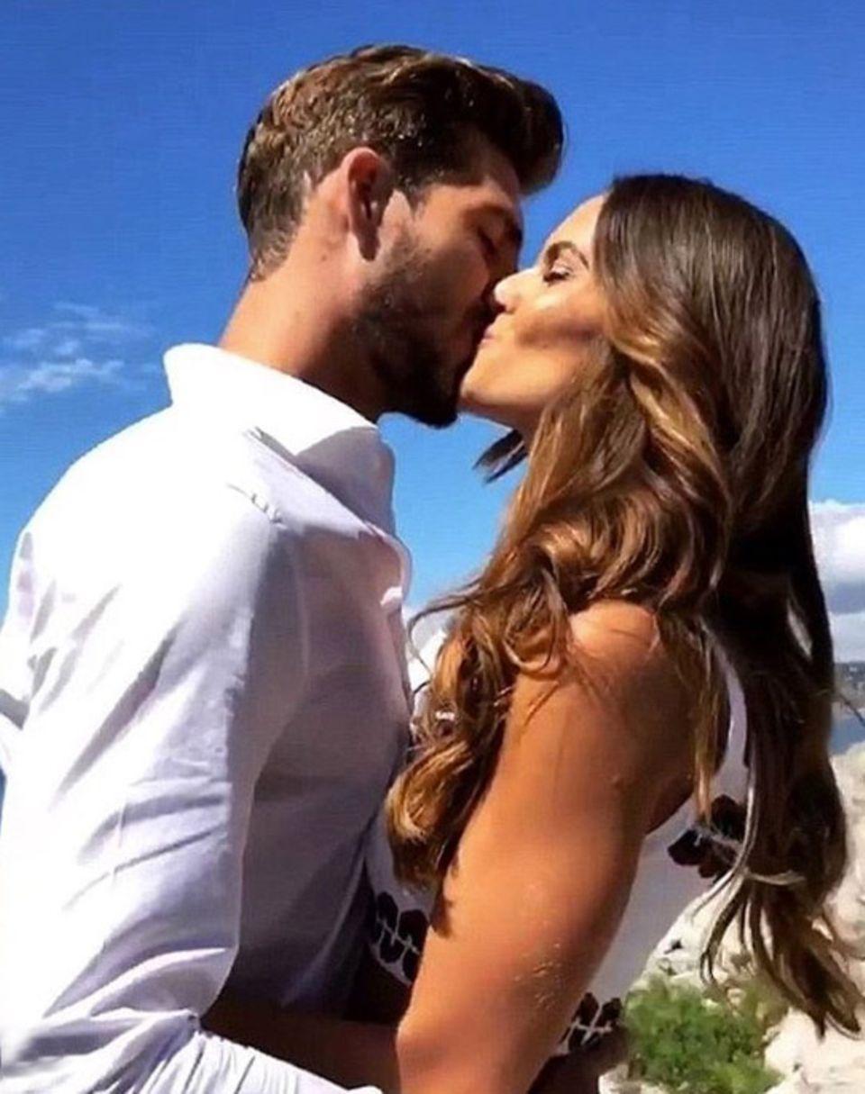 Fußballer Kevin Trapp bedankt sich mit diesem Foto bei Model-Freundin Izabel Goulart für ihre Liebe.